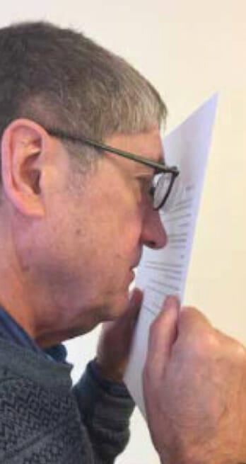 Person som läser nära ett papper