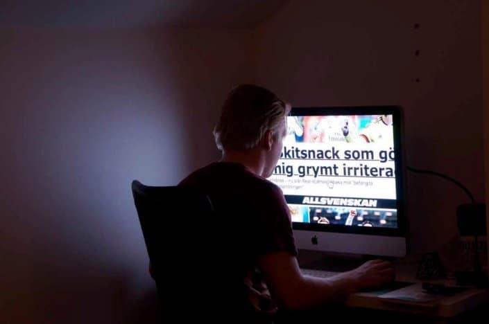 Datorskärm med för hög kontrast mot bakgrund