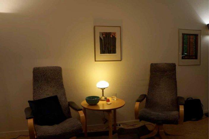 Rum med två stolar och bordslampa