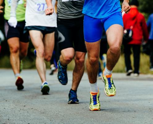 Grupp med löpare som springer på väg