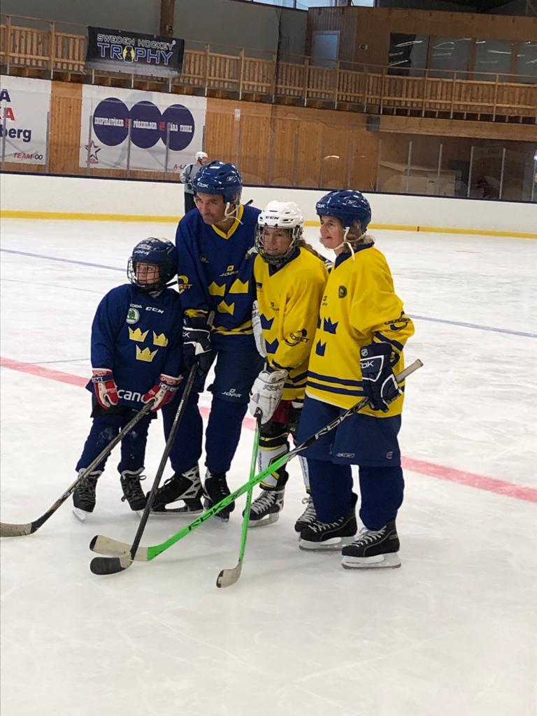 Blind Icehockey, fyra personer står på en hockeyrink i en ishall