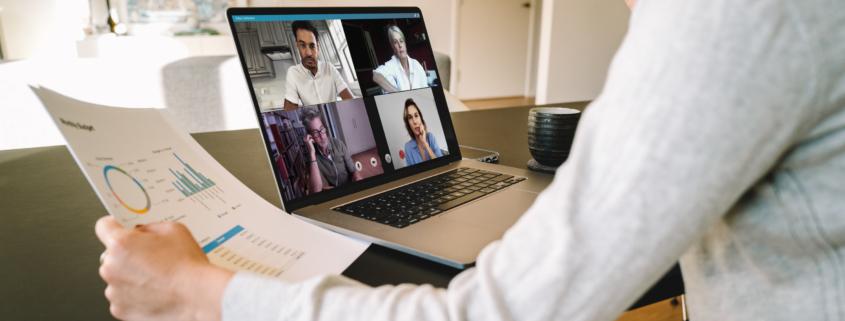 person sitter vid dator och tittar på videomöte